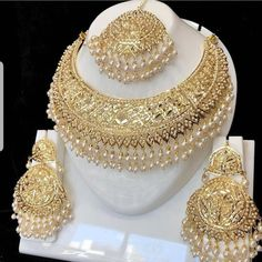 Pakistani Bridal Jewelry, Indian Bridal Jewelry Sets, Bridal Bangles, Wedding Jewelry Sets, Bridal Jewellery, Bridal Accessories, Fancy Jewellery, Gold Jewellery Design, Gold Jewelry
