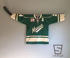 Removable Hockey Jersey Wall Mount: 4 Steps (with Pictures) Boys Hockey Bedroom, Hockey Girls, Hockey Nursery, Kids Bedroom, Hockey Stick Crafts, Hockey Sticks, Goalie Stick, Crosse De Hockey, Hockey Man Cave