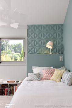 Une chambre au style scandinave apaisante qui n'hésite pas à mélanger les motifs sur les coussins comme sur les murs.