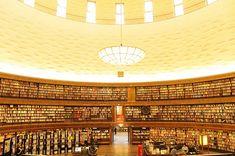 ห้องสมุดประชาชนสต็อกโฮล์ม (Stockholm Public Library) ประเทศสวีเดน ห้องสมุดประชาชนสต็อกโฮล์มเปิดให้บริการครั้งแรกตั้งแต่ปี 2471 นับเป็นห้องสมุดประชาชนที่มีความสำคัญแห่งหนึ่งของประเทศ มีจำนวนสาขามากถึง 40 แห่ง แม้ว่าทรัพยากรส่วนใหญ่ของห้องสมุดจะเป็นภาษาท้องถิ่น แต่ก็จัดพื้นที่บริเวณชั้นสองของอาคารหลักให้เป็นห้องสมุดนานาชาติ เพื่อใช้เป็นสถานที่เก็บรวบรวมหนังสือภาษาต่างประเทศมากกว่า 100 ภาษา