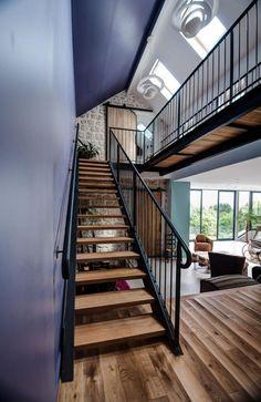 escalier suspendu, maison contemporaine avec beau escalier loft
