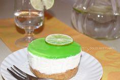 Ricetta dolce facile della cheesecake al cocco e gelatina al lime. Cheesecake light, semplice da preparare, con un gusto fresco e tropicale.