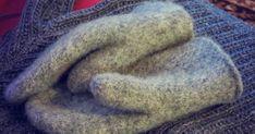 Välillä pitää huovuttaa lapasia, pitkästä aikaa.. Lankana on Novitan joki, puikot 6 ja yksinkertaisena lanka. Lankaa kului 180g ... Handicraft, Mittens, Knit Crochet, Knitting, Joki, Handmade, Craft, Fingerless Mitts, Hand Made