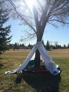 How simple and how great! Tree teepee tent