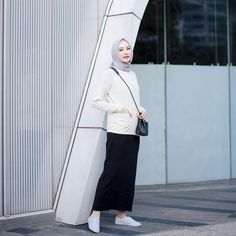 10 Ide Simple Look dengan Hijab ala Influencer Siti Bahjatina Simple Hijab, Casual Hijab Outfit, Ootd Hijab, Hijab Chic, Casual Outfits, Fashion Outfits, Hijab Fashion Inspiration, Muslim Fashion, Office Fashion