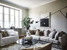 Oh have I got a treat for you today. This fabulous Swedish apartment incorporates all  the latest trends (marble, aged wood, a Lampe Gras ,...