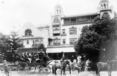 "Some things never change. Even 112 years ago there were tourists being taken around Hollywood in a bus. This photo from 1903 shows a horse-drawn ""bus"" full of tourists standing out front of the the… Garden Of Allah, Hollywood Hotel, Hollywood Boulevard, Hotel Sites, Sightseeing Bus, Walking Tour, Back In The Day, Retro, Around The Worlds"