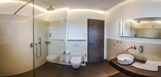 Morgens geht nichts ohne eine Dusche zum wach werden? Dann sind unsere Badezimmer perfekt! Design Hotel, Hotel Bathrooms, Bathroom Lighting, Villa, Bathtub, Mirror, Furniture, Home Decor, Bathing