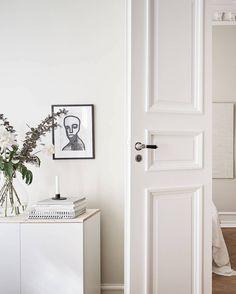 Turn of the century home in beige - via Coco Lapine Design blog Hygge, Green Lounge, Ikea, Beige Walls, Minimalist Decor, Light Beige, Decoration, Modern Decor, Tall Cabinet Storage