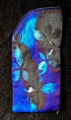 Cas des lunettes en soie bleu et brillant prêt à