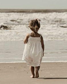 children in white by the ocean, always remind me of my daughter Precious Children, Beautiful Children, Cute Kids, Cute Babies, Shooting Photo, Jolie Photo, Beach Photos, Baby Love, Little Girls