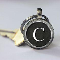 Schlüsselanhänger - Personifizierte keychains wählen Ihre Initiale - ein Designerstück von MadamebutterflyMeagan bei DaWanda