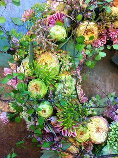 stunning flower wreath Wreath Crafts, Diy Wreath, Wedding Wreaths, Wedding Decorations, Arte Floral, Summer Wreath, How To Make Wreaths, Wreaths For Front Door, Floral Wreath
