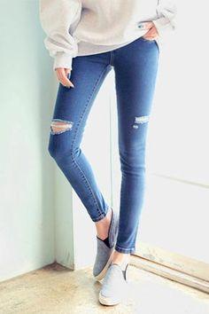 Today's Hot Pick :基本款破損牛仔褲 http://fashionstylep.com/SFSELFAA0007444/stylenandatw/out 破損彈性窄管牛仔褲。 破損牛仔褲,穿出時髦個性。 適當的破損設計,不誇張可以每日穿。 彈性窄管牛仔褲,更顯纖細修長的腿部線條。