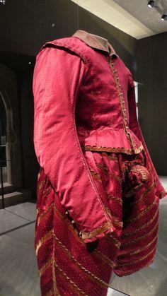 doublet and hose - Historical Clothing Elizabethan Clothing, Silk Stockings, Renaissance Costume, Doublet, Red Silk, Historical Clothing, Fashion Plates, Diy Costumes, Fancy Dress