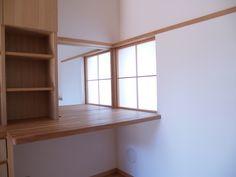 夫婦の寝室を別室で作る方法には、色々とあるかと思います。この家は、本棚を間仕切りとして、緩やかに仕切ってみました。本棚で仕切りつつ、書斎机の所で、つながる...