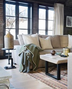 Fantastic cabin from @ mondointerior. Love the coffeetable Interior Design Living Room, Living Room Decor, Log Home Interiors, Kabine, Home And Living, Family Room, Relax, House Design, Furniture