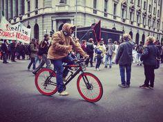 Fedele alleata, da sempre simbolo di libertà, la bicicletta entra di diritto nelle celebrazioni del 25 aprile. Una gallery fotografica ne racconta l'onnipresenza alla manifestazione di Milano.