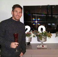Lionel Messi durante passagem de ano : Hoje tem o Derbi espanhol, Espanyol vs Barcelona pelo campeonato Espanhol, jogo começa às 13h horário de Brasília. Bom fim de semana | yolepink