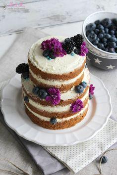 ullatrulla backt und bastelt: Naked Cake mit Blaubeeren und Zimt