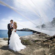 Brautpaar Shooting am Meer - mal etwas anderes für uns, aber sehr stimmungsvoll mit dem grossen Schleier | lightplay Fotografie