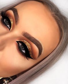 24 Karat  Closer look of this gold metallic, glitter pigment which is amazing!  Pair it with a bold winged liner for more of a dramatic… #besteyemakeup Gold Eye Makeup, Dramatic Eye Makeup, Makeup Eye Looks, Colorful Eye Makeup, Eye Makeup Art, Smokey Eye Makeup, Skin Makeup, Eyeshadow Makeup, Makeup Tips