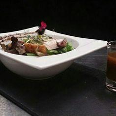Ensalada de brotes tiernos, pulpo braseado, anguila ahumada, huevo milenario y algas ogonori con vinagreta de kumkuat, yuzu y ajo negro.