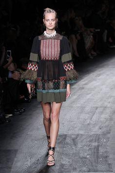 Valentino aposta em africano tribal para o verão 2016 - Vogue   Desfiles