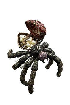 """Delfina Delettrez - Manchette (cuff)  """"Black Widow"""" en or, diamants noirs et gris, saphirs violets et rouges, perles"""