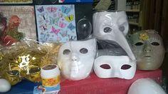 Maschere in cartapesta, plastica, carta e cartone. Maschere neutre e decorate.  #mask #carnival #papiermache #decoration #color