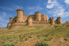 Esta ruta itinerario une uno a uno estos10 castillos que se ven de cuento a un paso de Madrid. En el enlace anterior pueden ver el detalle de cada castillo, fotos, y la razón para visitarcada uno. En este post encontrarán el mapa para organizar una ruta temática original recorriendo los castillos más bonitos a …