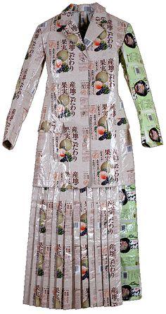 #1 - BODYWRAPPInc.NY  BODYWRAPPInc. laat een keur van kledingstukken zien, afgeleid van de grote modehuizen. De maten en modellen van de klassieke heren- en damesgarderobe voert Annette Meyer uit in verpakkingsmaterialen.