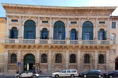 9. Palazzo Bevilacqua. MICHELI SANMICHELI (1530).Destaca por los palacios que proyectó en Verona y en Venecia. MUESTRAN CARACTERÍSTICAS PROPIAS, ESPECÍFICAS DE SUS REGIONES, QUE LOS DIFERENCIAN CON DE LOS PALACIOS FLORENTINOS Y ROMANOS. Así, EL CORTILE PIERDE IDENTIDAD EN FAVOR DE LA CONSTRUCCIÓN DE AMPLIOS VESTÍBULOS. Uso de dos plantas.  y presencia de un gran salón en su piso noble que se ubica sobre la entrada. SE DA.CERTO MANIRESIMO