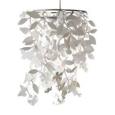 Diverse bloemen en vlinders hangen vrolijk als een mobile aan deze lamp. te koop bij Cedante.nl