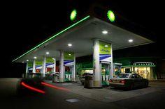Llenar el depósito del coche con gasolina en lugar de gasóleo, o viceversa, puede salirnos caro. Como mínimo, cien euros más el coste de la grúa si este servicio no está incluido en la cobertura del seguro. Así pues, en la estación de servicio, ¡al loro!