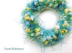 ★ふわふわ春色の変わり糸で編んだシュシュ★内側はオフホワイトのモヘア、外側は手触りの良い変わり糸で編みました。鮮やかなブルーグリーンにグリーンが混じったファジ... ハンドメイド、手作り、手仕事品の通販・販売・購入ならCreema。