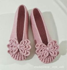 Stripy Lace to Crochet Tutorial 1 Part 2 of 2 Crochet Tape Lace - Poncho Crochet Crochet Sandals, Crochet Boots, Crochet Clothes, Crochet Lace, Crochet Hairband, Knit Baby Shoes, Lace Tape, Knitted Slippers, Crochet Woman