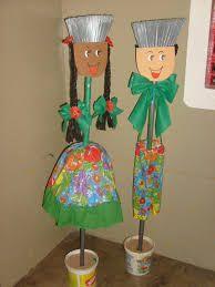 Resultado de imagem para vassouras decoradas Clay Pot Crafts, Paper Crafts, Garden Crafts, Autumn Home, Classroom Decor, Crafts For Kids, Happy Birthday, Christmas Ornaments, Holiday Decor