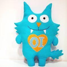 Monstrinho azul para decoração, presentear, brincar ... Feito em tecido 100% Cerca de 42 cm de altura Possível fazer em diversas cores, conforme escolha do cliente. Produto sob encomenda, podem haver pequenas variações de estampas. R$ 65,00