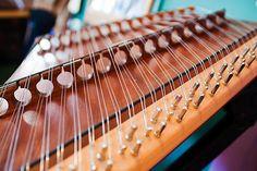 Hammared Dulcimer <3 <3 Dulcimer Instrument, Dulcimer Music, Making Musical Instruments, Music Instruments, Hammered Dulcimer, Celtic Designs, Folk Music, Harp, Bff