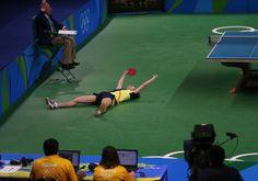 L'allenatore della nazionale cinese di tennistavolo Liu Guoliang bacia Zhang Jike dopo che la sua squadra ha vinto la medaglia d'oro di tennistavolo a squadre contro il Giappone (AP Images)