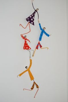 Make your family out of wire, paper and patterned tape Complemientas: Muñequitas de papel maché Wire Crafts, Diy And Crafts, Arts And Crafts, Paper Crafts, Paper Dolls, Art Dolls, Origami, Arte Linear, Paper Mache Sculpture