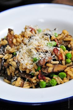 Mushroom Risotto with Bacon and Peas Recipe by Add a Pinch. Meals with my family are my favorite part of the day. Settling in around the table to learn about the happenings of each person's day as we share a meal is trul Grape Recipes, Pea Recipes, Italian Recipes, Cooking Recipes, Healthy Recipes, Drink Recipes, Mushroom Risotto, Risotto Recipes, Recipes