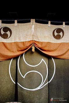 暖簾。Japanese store curtain -noren- in Kyoto, Japan Japanese Textiles, Japanese Patterns, Japanese Design, Japanese Art, Japanese Geisha, Japanese Kimono, Japanese Family Crest, Japanese Store, All About Japan