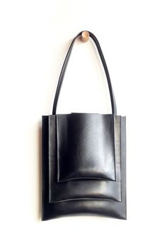 English Bridle leather tote from Sara Barner. Three outer compartments and two interior pockets. - Main Body: 11 x 13 - Second compartment: 9 x 11 - Third compartment: 7 x 8 - Handmade Leather Purses, Leather Handbags, Leather Bags, Leather Clutch, My Bags, Purses And Bags, Minimalist Bag, Leather Projects, Leather Accessories