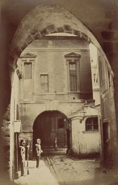 Vue d'une entrée - Ancienne Préfecture de police de Paris, rue de Jérusalem, 1850-1854 par Pierre Ambroise Richebourg.