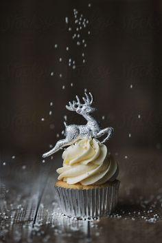 Kerstmis cupcake met rendieren topper en snoep hagelslag door RuthBlack | Stocksy United