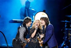 Reid Perry (R), Kimberly Perry and Neil Perry of The Band Perry perform at the 2012 CMT Music Awards in Nashville, Tennessee, June Country Song Quotes, Country Music Lyrics, Fake Smile Quotes, The Band Perry, Cmt Music Awards, Country Girl Problems, Lady Antebellum, Brad Paisley, Latest Video