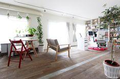 リビングに敷き詰めた無垢ナラ材フローリングには、モルタルフローリングをMIX。躯体現しの天井からはグリーンが吊るされ、空間に彩りを与えます。<br /> リビングには、足場材の杉板で製作した壁一面の本棚が。<br /> その本棚にぎっしり並ぶのは、お気に入りの書籍やアートです。<br /> 大きな窓からたくさんの光が射すリビングで、仕事をしたり、本を読んだり。ハードな素材を使いながらも、陽だまりやアクセントカラーがやわらかな雰囲気をプラスする空間。シンプルで味わいある、ちょっぴり贅沢なRockでSweetな住まいです。 専門家:nu(エヌ・ユー)リノベーションが手掛けたマンションリフォーム・リノベーション事例:Rock'n' sweetのページ。新築戸建、リフォーム、リノベーションの事例多数、SUVACO(スバコ)