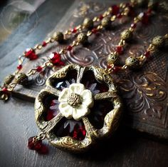 Best collection of free jewelry making tutorials, craft ideas, design inspirations, tips and tricks and trends Cat Jewelry, Glass Jewelry, Jewelry Ideas, Fine Jewelry, Jewellery, Tudor Rose, Jewelry Making Tutorials, Faceted Glass, Flower Fashion